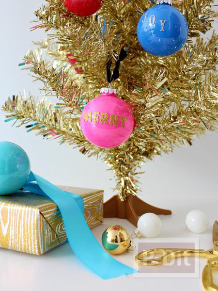ต้นคริสต์มาส ตกแต่งลูกบอลกลมๆ ติดสติกเกอร์