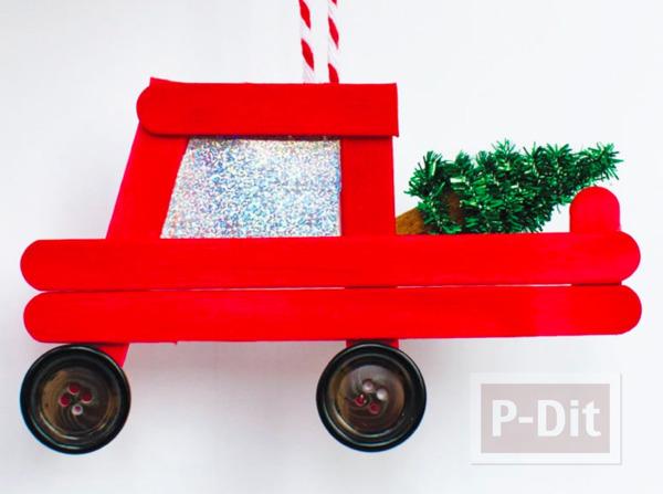รถกระบะสีแดง ใส่ต้นคริสต์มาส ทำจากไม้ไอติม