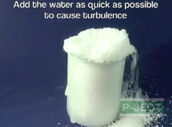 รูป 4 หิมะปลอม ทำจากโซเดียมโพลิอะคริเลต (sodium polyacrylate)