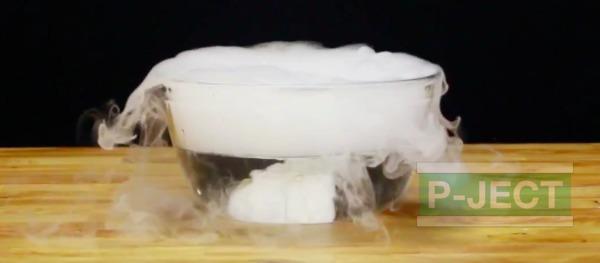 รูป 4 ทำลูกโป่งฟองใหญ่ๆ จากน้ำแข็งแห้ง (บอลน้ำแข็ง)