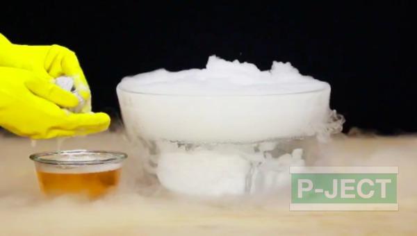 รูป 5 ทำลูกโป่งฟองใหญ่ๆ จากน้ำแข็งแห้ง (บอลน้ำแข็ง)