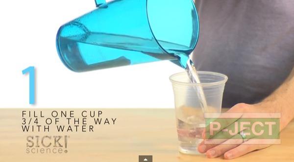 รูป 3 ทำการทดลอง สารฟอกขาว กับน้ำสี