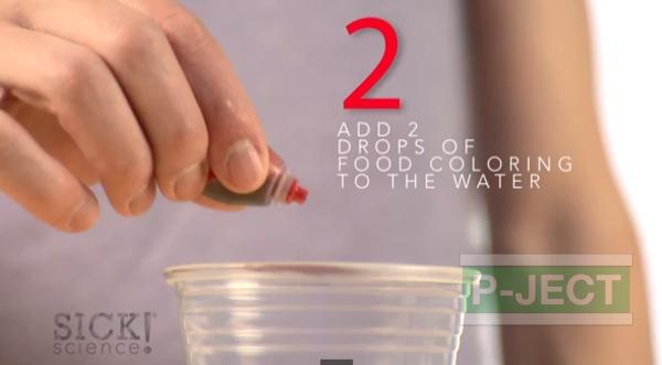 รูป 4 ทำการทดลอง สารฟอกขาว กับน้ำสี