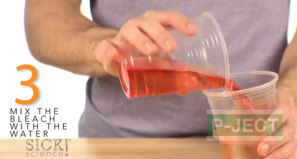 รูป 6 ทำการทดลอง สารฟอกขาว กับน้ำสี