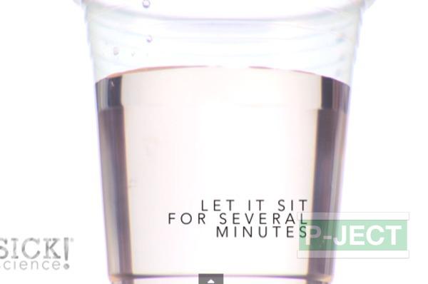 รูป 7 ทำการทดลอง สารฟอกขาว กับน้ำสี