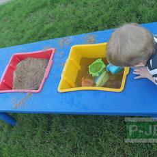 โต๊ะของเล่น น้ำและทราย ในกล่องพลาสติก