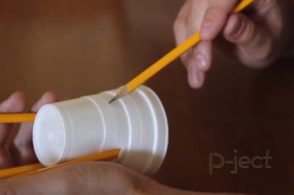 รูป 3 ถ่วงน้ำหนัก หมุนแก้วน้ำ ด้วยดินสอแท่งเดียว