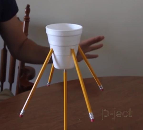 รูป 4 ถ่วงน้ำหนัก หมุนแก้วน้ำ ด้วยดินสอแท่งเดียว