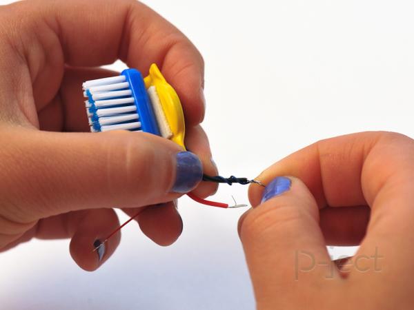 รูป 6 แปรงสีฟันหุ่นยนต์ หมุนไปมา