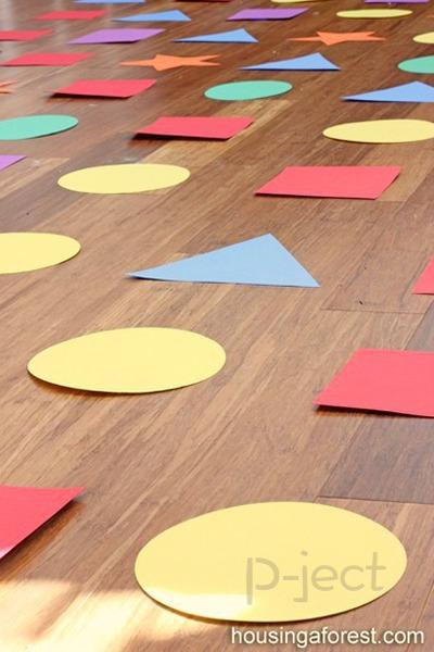 รูป 2 กิจกรรมในร่ม เรียนรู้เรื่องสี และรูปร่าง