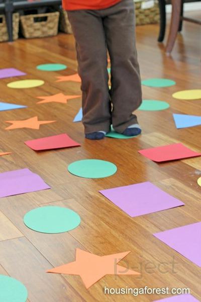 รูป 4 กิจกรรมในร่ม เรียนรู้เรื่องสี และรูปร่าง