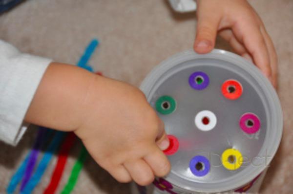 รูป 2 เจาะรูกระป๋อง ทาสีสด เสียบรูด้วยลวดกำมะหยี่ (ของเล่น)