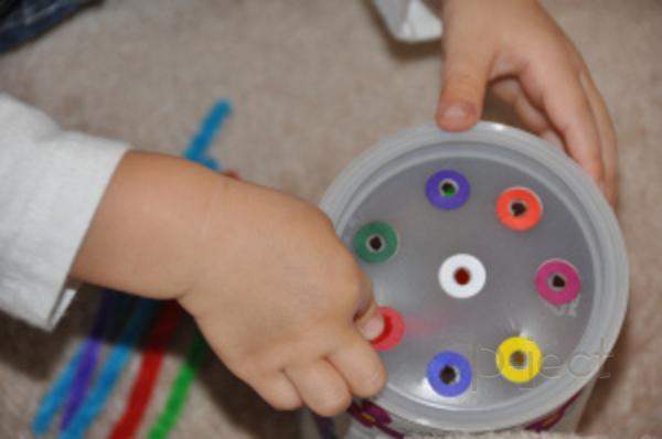 รูป 3 เจาะรูกระป๋อง ทาสีสด เสียบรูด้วยลวดกำมะหยี่ (ของเล่น)