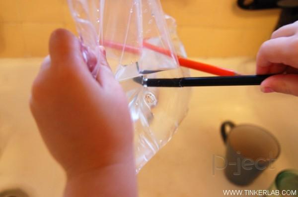 รูป 4 ทดลองสนุกๆ เจาะถุงน้ำ ด้วยดินสอสี