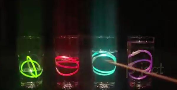เครื่องดนตรี แก้วน้ำ บรรจุแท่งหลอดไฟพลาสติก