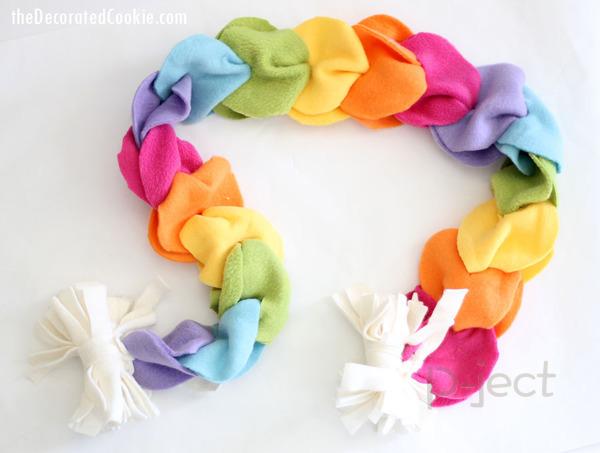 รูป 1 ผ้าพันคอทำเองแบบง่ายๆ จากผ้านิ่มๆ ไม่ใช้จักรเย็บผ้า
