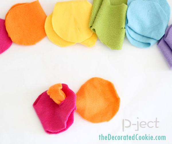รูป 6 ผ้าพันคอทำเองแบบง่ายๆ จากผ้านิ่มๆ ไม่ใช้จักรเย็บผ้า
