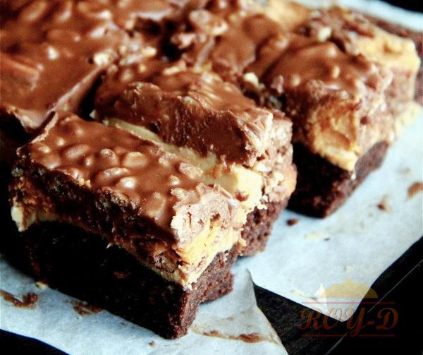 รูป 2 บราวนี่ช็อคโกแลตหน้าช็อคโกแลตเนยถั่วกับ Snickers