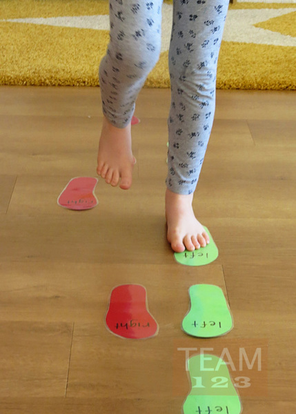 รูป 4 เดินซ้าย หรือ เดินขวา ตามรอยเท้า (เกมส์ในร่ม)