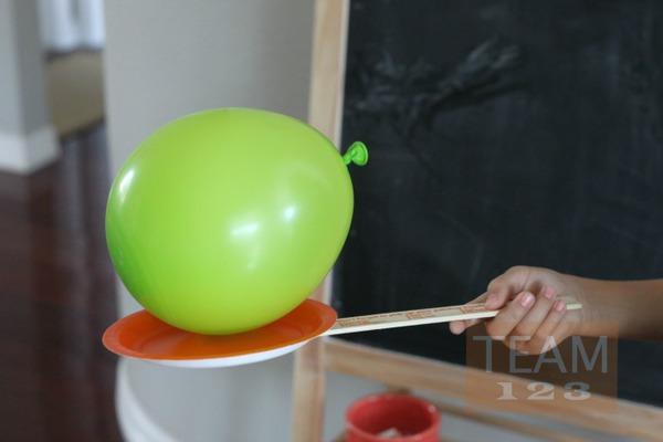 รูป 2 กิจกรรมสนุกๆ ตีลูกโป่ง ด้วยไม้จานกระดาษ