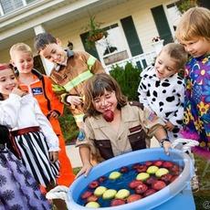 เกมส์ปาร์ตี้สนุกๆ คาบลูกแอปเปิ้ลออกจากถังน้ำ