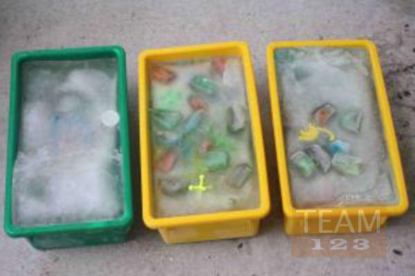 รูป 3 เกมส์หาของที่ซ่อนอยู่ ในน้ำแข็ง (กิจกรรมกลางแจ้ง)
