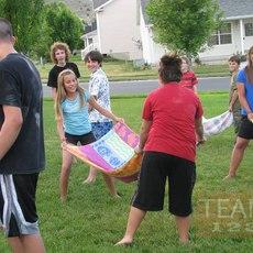 เกมส์โยนลูกโป่งน้ำ ส่งให้เพื่อน โดยใช้ผ้าขนหนู