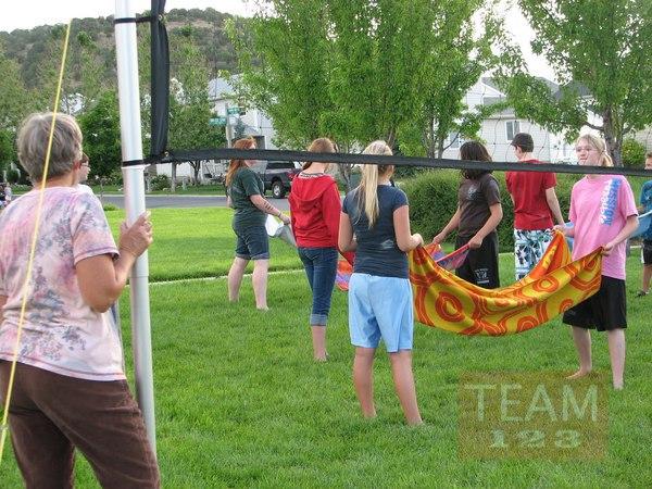 รูป 2 เกมส์โยนลูกโป่งน้ำ ส่งให้เพื่อน โดยใช้ผ้าขนหนู