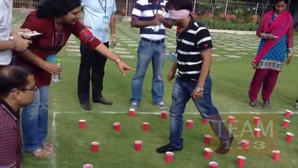 เกมส์กิจกรรมสนุกๆ ปิดตาเดิน ห้ามเหยียบแก้ว
