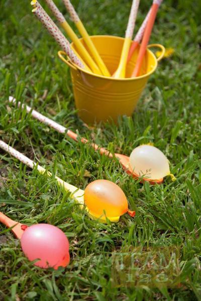รูป 2 เกมส์ส่งลูกบอลน้ำ สนุกๆ ระหว่างทัพพีไม้