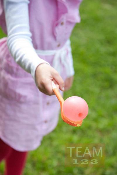 รูป 3 เกมส์ส่งลูกบอลน้ำ สนุกๆ ระหว่างทัพพีไม้