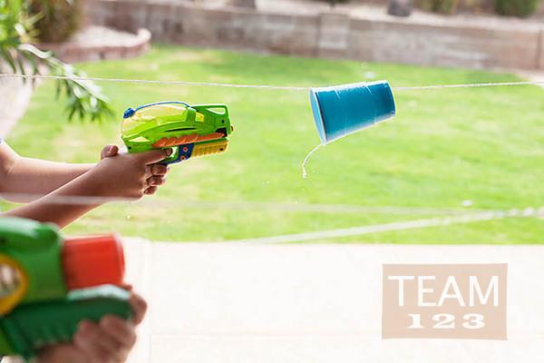 แข่งยิงแก้วน้ำพลาสติก ด้วยปืนฉีดน้ำ