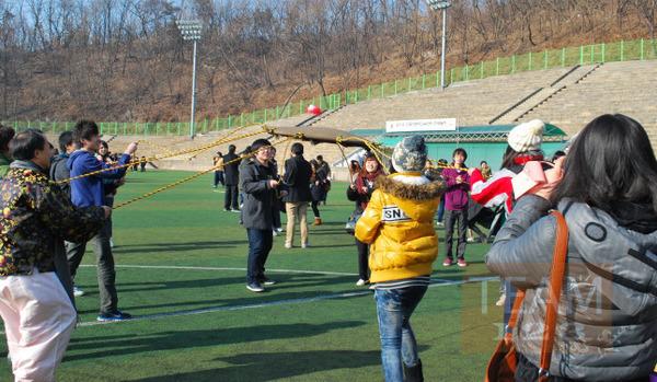 เกมส์รับลูกบอล ด้วยผ้า ผูกเชือกหลายแฉก