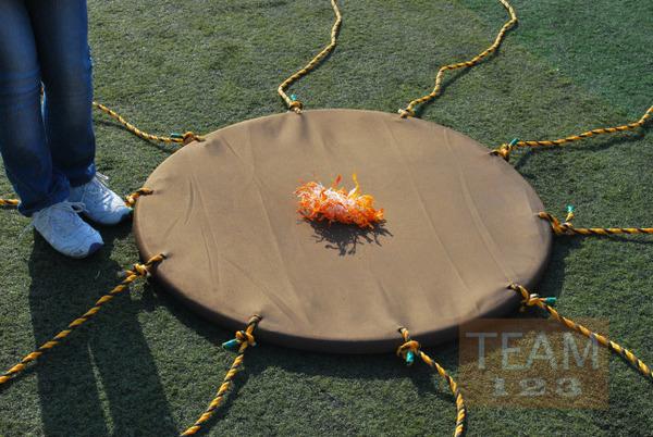 รูป 2 เกมส์รับลูกบอล ด้วยผ้า ผูกเชือกหลายแฉก