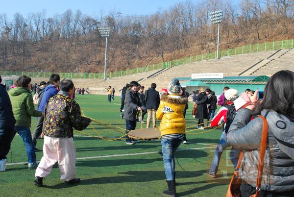 รูป 3 เกมส์รับลูกบอล ด้วยผ้า ผูกเชือกหลายแฉก