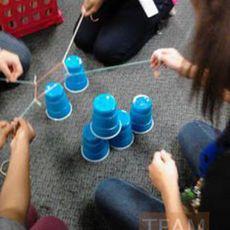 เกมส์เรียงแก้วน้ำพลาสติกเป็นชั้น โดยใช้เชือก