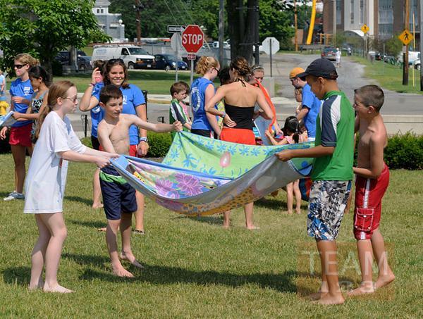 รูป 2 เกมส์โยนลูกโป่งน้ำ โดยใช้ผ้าเช็ดตัว