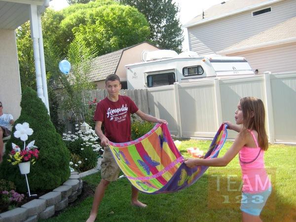รูป 3 เกมส์โยนลูกโป่งน้ำ โดยใช้ผ้าเช็ดตัว