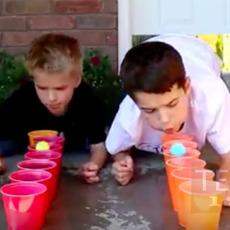 เกมส์แข่งเป่าลูกบอลเล็กๆ ข้ามแก้วน้ำ